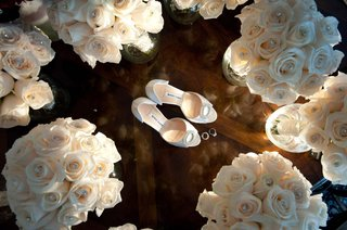 bridesmaids-bouquets-of-white-roses-dotted-with-pearls