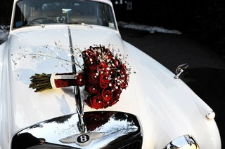 brides-bouquet-of-red-roses-and-crystals-on-the-hood-of-a-classic-white-bentley