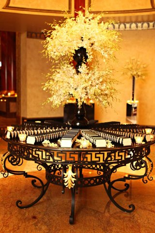 wedding-place-card-table-with-white-flowers-in-black-vases-and-black-and-white-place-cards
