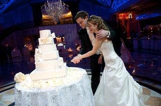 bride-and-groom-cut-the-wedding-cake