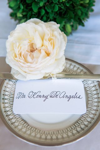 rounded-edge-seating-card-with-calligraphy-and-fresh-rose
