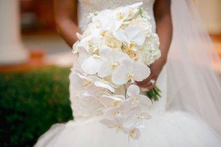 wedding-bouquet-white-hydrangea-rose-and-phalaenopsis-orchid-mermaid-wedding-dress-veil-cascading