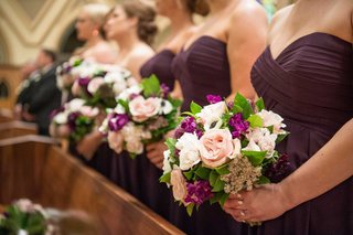 bridesmaid-dresses-purple-with-bouquets-white-pink-rose-purple-flowers-greenery