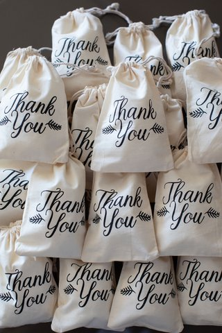 wedding-favor-bags-draw-string-with-thank-you-calligraphy-script-and-foliage-motif-favors-ideas