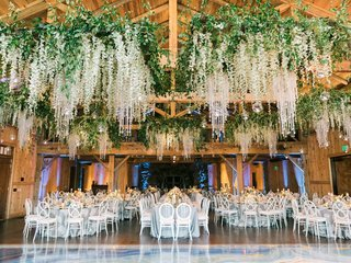 wooden-beams-ceiling-installations-with-greenery-and-garlands-of-orchids-crystals