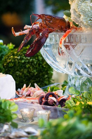 lobster-crab-seafood-in-ice-sculpture-bowls-and-vases-at-wedding-cocktail-hour