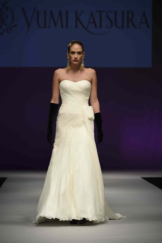 yumi-katsura-fall-2016-strapless-wedding-dress-with-asymmetrical-draped-bodice-and-obi-bow-detail