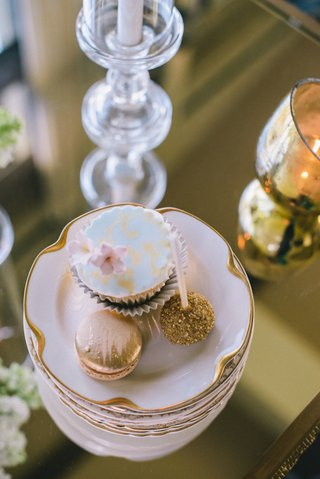 wedding-reception-desserts-of-cupcake-macaron-and-cake-pop-with-golden-sugar
