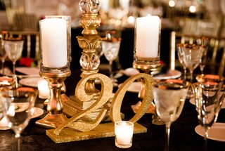 glitter-gold-table-numbers-pillar-candles-on-gold-stands