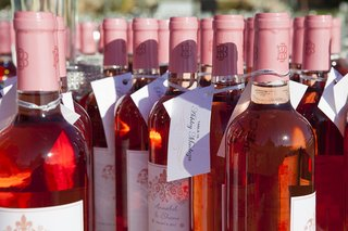 white-zinfandel-wine-bottle-wedding-favors-and-escort-card-tags-attached