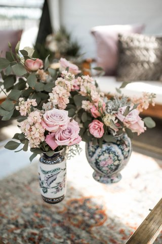 wedding-reception-lounge-area-vintage-area-rug-painted-vase-pink-flowers-greenery