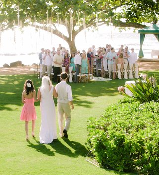 wedding-guests-turned-to-look-at-bridal-processional