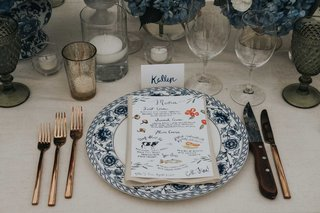 wedding-reception-place-setting-blue-and-white-plate-with-illustration-menu-calligraphy-escort-cards