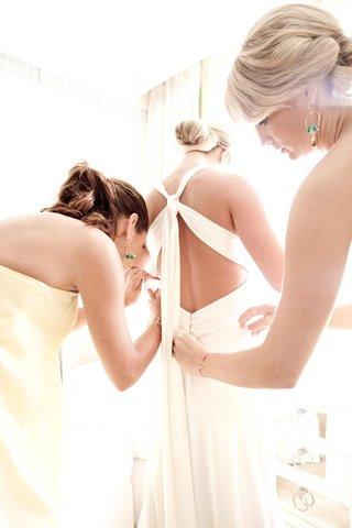 bridesmaids-dressing-bride-in-bridal-suite