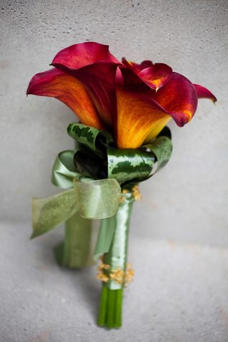 mother-of-bride-bouquet-with-red-calla-lilies