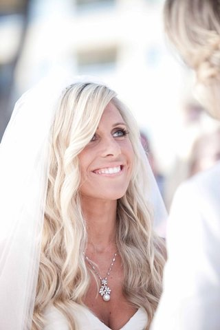 blonde-bride-with-long-platinum-waves-and-natural-makeup