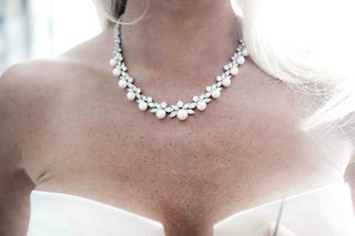 bride-wearing-pearl-necklace-with-diamond-details