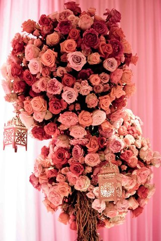 moroccan-lanterns-hanging-from-large-rose-flower-arrangements