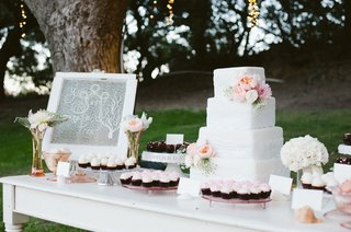 pink-cupcakes-and-white-wedding-cake-with-fresh-flowers