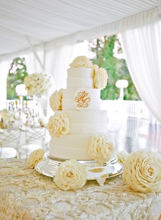 white-cake-with-monogram-and-glamelia-rose-decorations