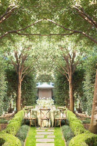 mirrored-image-verdant-outdoor-reception-area-napa-valley-woodlands-wooden-chairs-green-linens