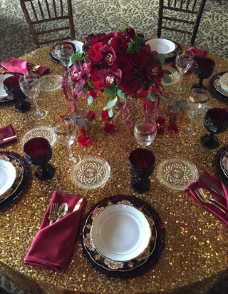 designs-by-tricia-marsala-wedding-flowers-on-gold-sequin-table