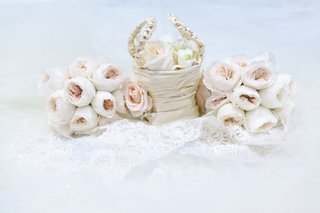 flower-girl-basket-in-satin-with-petals-and-bouquets-of-light-pink-garden-roses