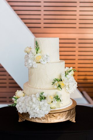 art-deco-relief-inspired-wedding-cake-pattern-with-fresh-roses-and-hydrangeas