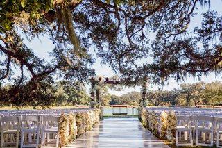 white-ceremony-under-oak-tree-near-lake-in-texas