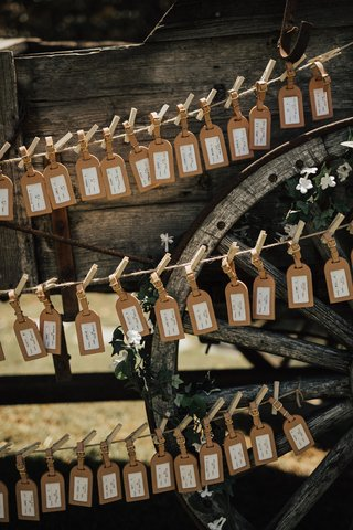 luggage-tags-as-escort-cards-and-wedding-favors-displayed-with-clothespins-on-twine