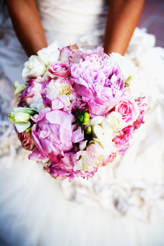 bride-holding-blush-and-cream-flowers