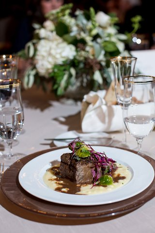 wedding-food-long-braised-short-rib-of-beef-on-charger-plate-low-centerpiece-gold-rim-glassware