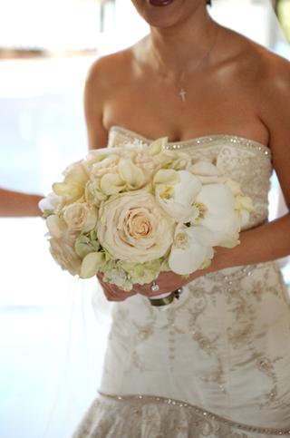 brides-bouquet-of-light-flowers