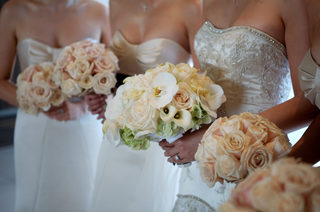 bride-and-bridesmaids-bouquets-in-light-colors