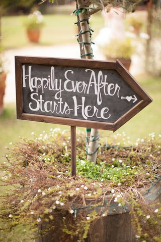 arrow-sign-with-chalkboard-design-at-wedding-ceremony