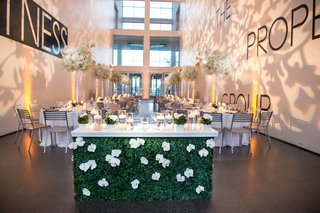 museum-contemporary-art-reception-space-floral-sweetheart-table-chicago-floral-bar-flowers-decor