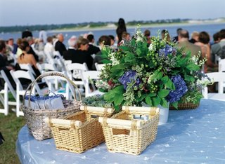 blue-linens-on-round-table-with-wicker-baskets-at-wedding