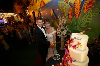 couple-cut-wedding-cake-at-san-diego-zoo