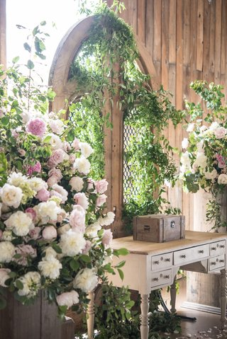 barn-wedding-greenery-on-gate-as-wedding-backdrop-table-pink-and-white-floral-arrangements