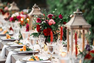 fall-wedding-kings-table-with-wooden-lanterns-red-tapered-candles-burgundy-roses