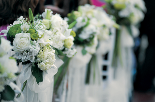 bunches-of-white-flowers-displayed-along-aisle