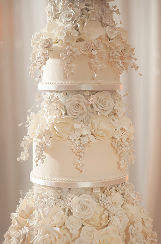 close-up-of-ivory-wedding-cake-with-sugar-roses
