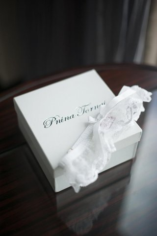 pnina-tornai-lace-leg-garter-with-white-bow