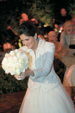 bride-tosses-white-bouquet-to-friends-and-bridesmaids