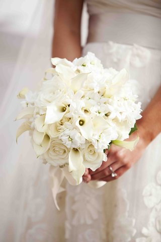 bride-holding-stephanotis-and-calla-lily-flowers