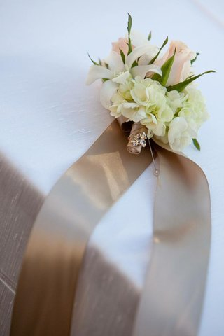 champagne-ribbon-tied-to-neutral-flowers