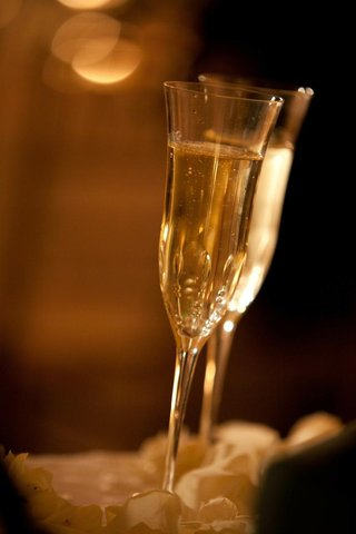 bubbling-champagne-in-antique-style-glasses
