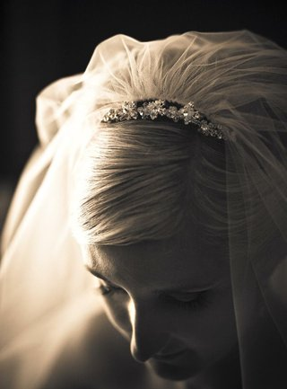 black-and-white-photo-of-bridal-veil-and-headpiece