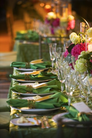 reception-table-with-green-tablecloth-and-napkins