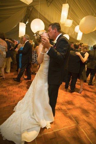 paper-lanterns-over-bride-and-groom-on-dance-floor